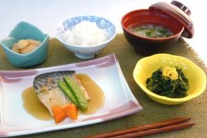 普通食(鯖の生姜煮、ほうれん草の和え物、斗六豆煮、すまし汁)
